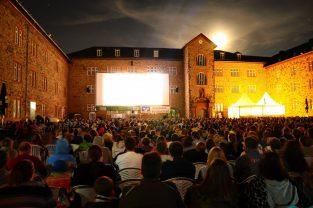 Das Butzbacher Open Air-Kino im Landgrafenschloss ist in diesem Jahr von mehr als 14.000 Kinogängern besucht worden, die an 18 Filmabenden zu den Vorstellungen im Schlosshof gekommen sind (vgl. Bericht). Foto: Kino Butzbach/ Frank Himßel